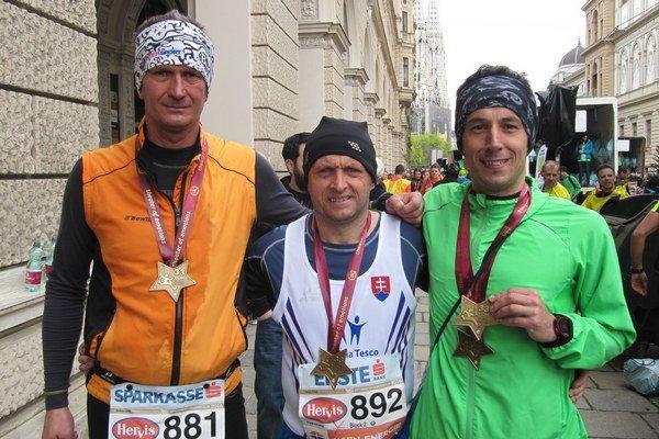 Maratónci z východu Slovenska. Vo Viedni patrili k 40 tisícom bežcov.