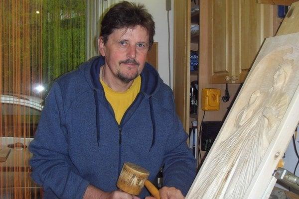Vladimír Tomko. Kus drevo sa pod jeho rukami mení na umelecké dielo.