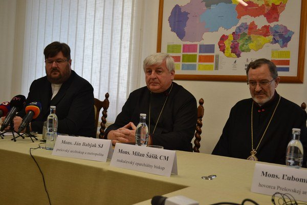 Zástupcovia cirkvi. Zľava Juraj Gradoš, prešovský arcibiskup Ján Babjak, mukačevský biskup Milan Šášik.