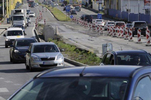 Kolóny. Ešte nejaký čas potrvajú, cestári budú stavať za plnej premávky.