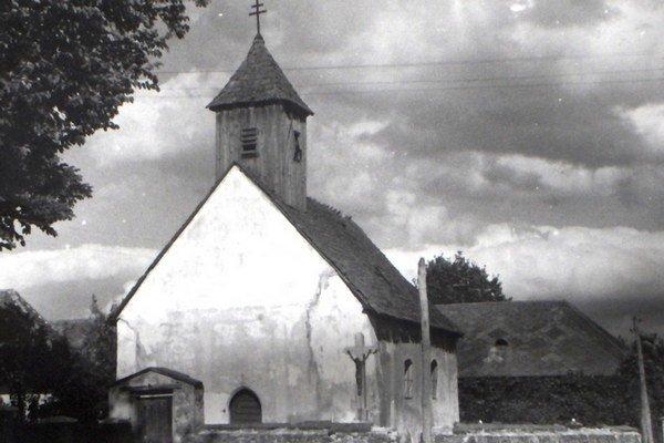 Pôvodný kostol. Zachovala sa len táto jediná fotografia.