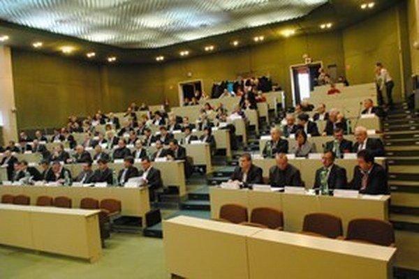 Aj dnes prešovskí krajskí poslanci rozhodujú o miliónoch eur.