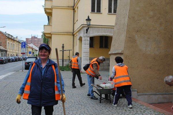 Malé obecné služby. Nezamestnaní pracovali pre mesto, čistili aj komunikácie.