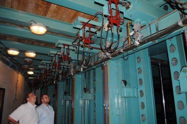 Strojovňa pôsobí ako fabrika s hektolitrami oleja.