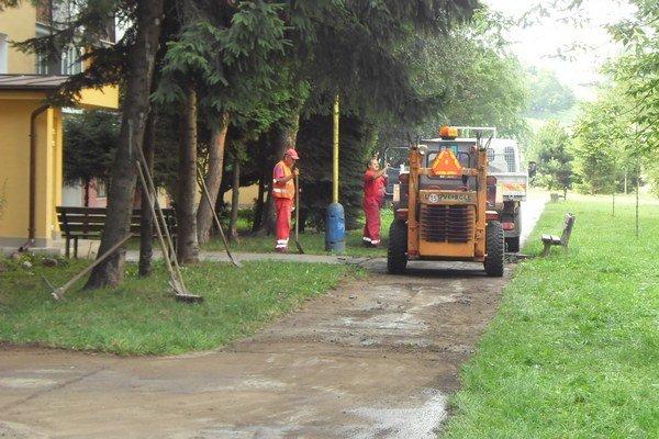 Exnárova ulica. Začali robiť súvislú opravu chodníka.