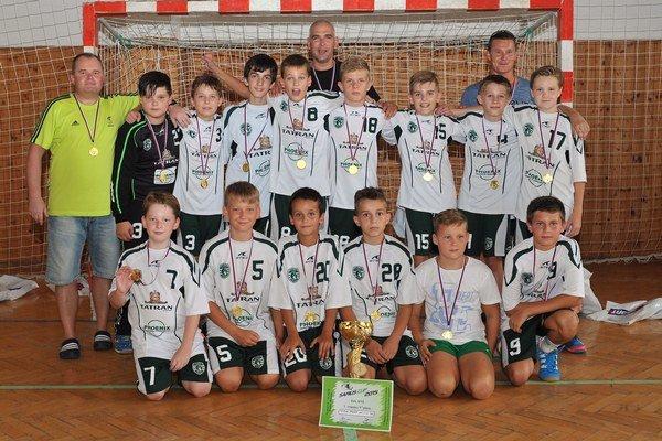 Mladší žiaci Tatrana s trofejou.