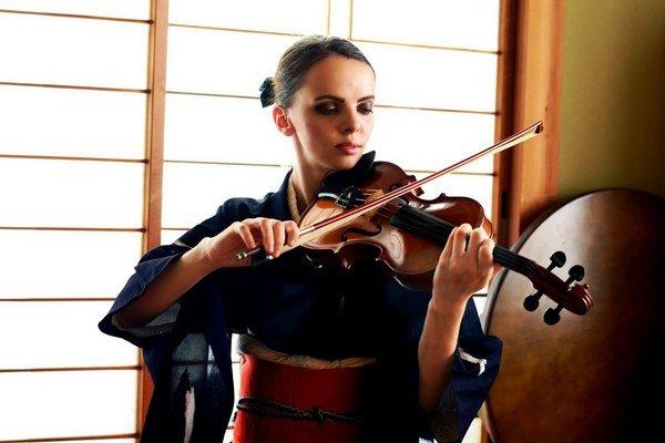 Rút v Japonsku. S husľami, v tradičnom kimone.