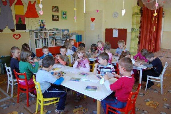 Do škôlok na východe prichádzajú nové metódy výchovy detí.