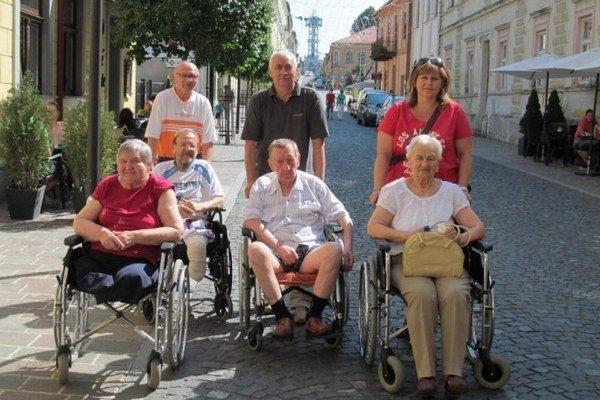 Výlet do mesta. Ani prechádzka po centre pre seniorov nie je nedostupná.