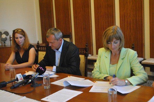 Podpis zmluvy. Dohodu spečatili J. Dušenka a A. Turčanová.