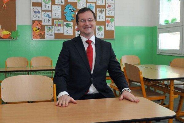 Minister v školskej lavici.