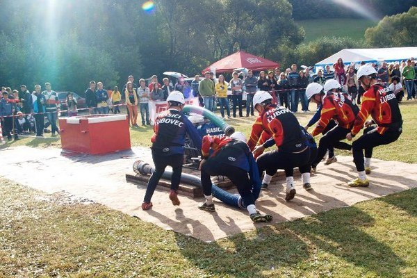 Ľuboveckí hasiči na súťaži.