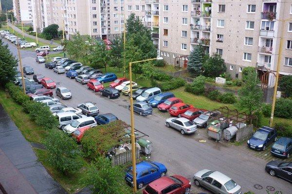 Sekčov. Na sídlisku je problém s parkovaním.