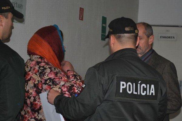 Obvinená riaditeľka s eskortou. Súd ju znova pustil na slobodu.