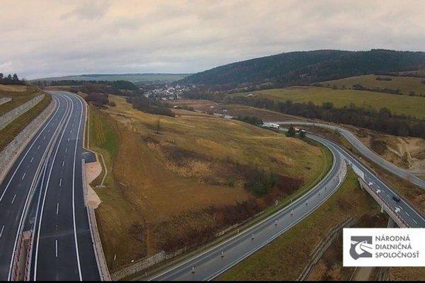 Pri Fričovciach. Týmto novým úsekom diaľnice prejdú motoristi v smere na Prešov a späť už vo štvrtok.