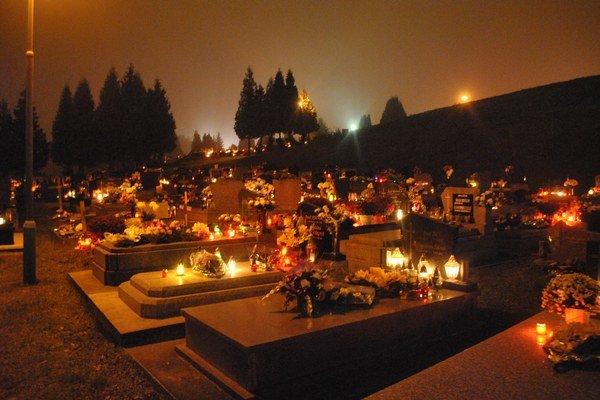 Magická atmosféra. Na cintoríne vládne najmä večer.