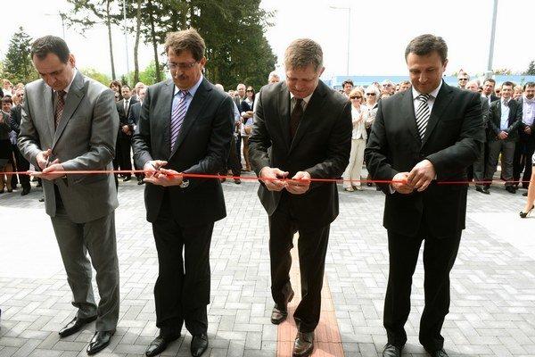 Majú k sebe blízko. R. Čuha vpravo, vedľa premiéra a politických súputníkov.
