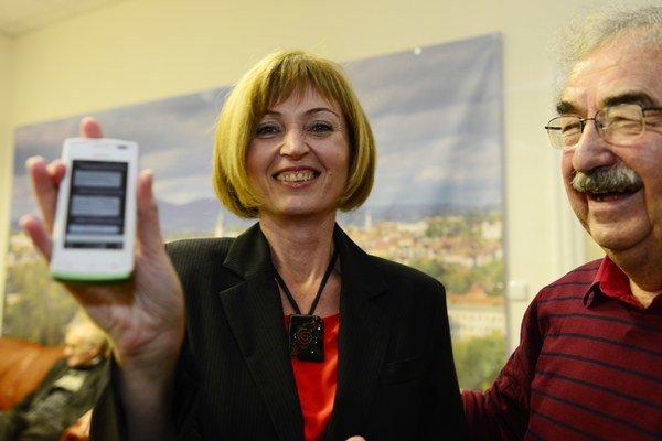 Andrea Turčanová ukazuje gratulačnú esemesku od Pavla Hagyariho.