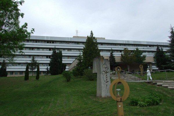 Svidnícka nemocnica. Nájomníci im za poskytnuté služby neplatili.