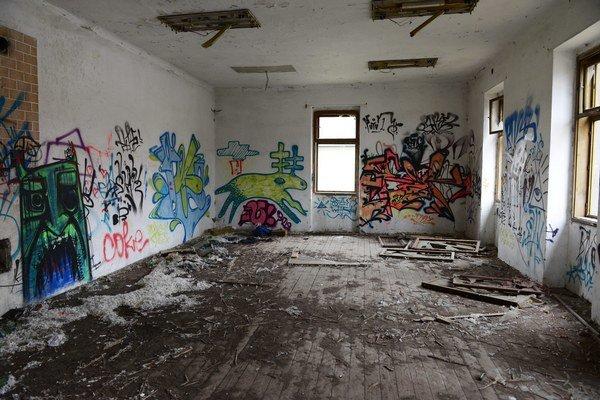 Interiér budovy v areáli bývalých kasární na Masarykovej ulici v Prešove, kde boli v nedeľu nájdené dve mŕtve osoby.