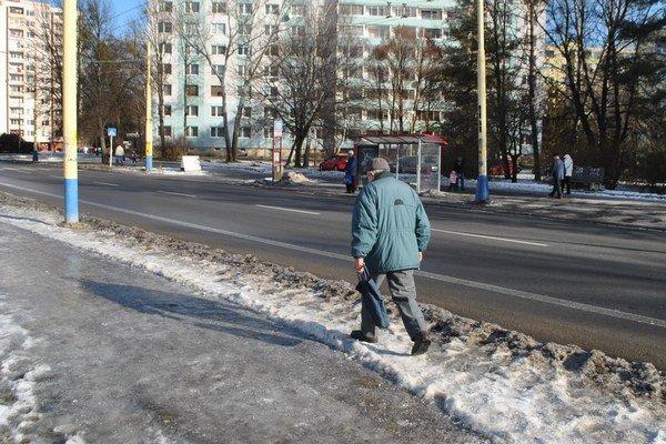 Problematické chodníky boli v Prešove aj v pondelok.