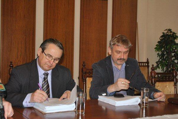 Po rokovaní mestskej rady. Predsedovia klubov S. Kahanec (vľavo) a J. Hudáč hľadajú prienik.