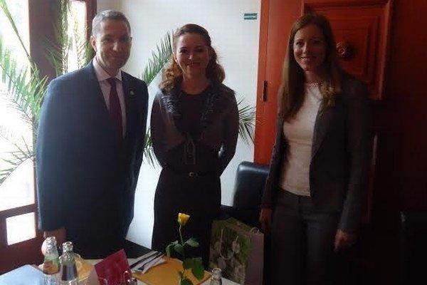Stretnutie. Adriana Lešigová (uprostred) s britským diplomatom.