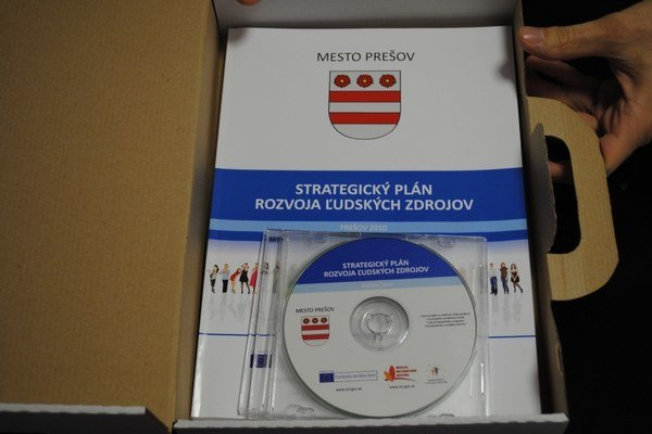 Skromný kufrík s projektom Strategický plán rozvoja ľudských zdrojov na Mestskom úrade v Prešove. Firma ho vyhotovila, mesto ho nikdy nevyužilo a zaplatilo až po hrozbe exekúcie.