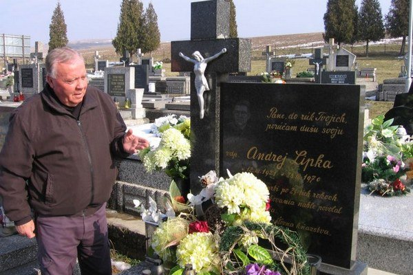 Dôchodca Stanislav Bilka pri hrobe rodáka z Tulčíka kňaza, literáta a prekladateľa Andreja Lipku. Miesto posledného odpočinku obľúbeného kňaza navštevujú veriaci zo všetkých obcí, kde Lipka pôsobil.