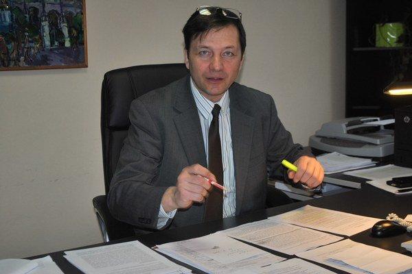 Kontrolór Alexander Ernst.