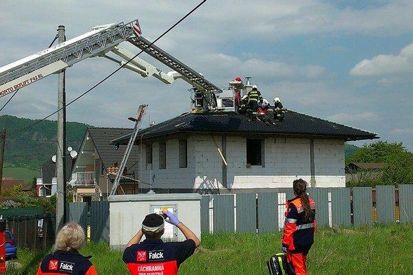 Záchranná akcia. Zasahovali hasiči a záchranári.