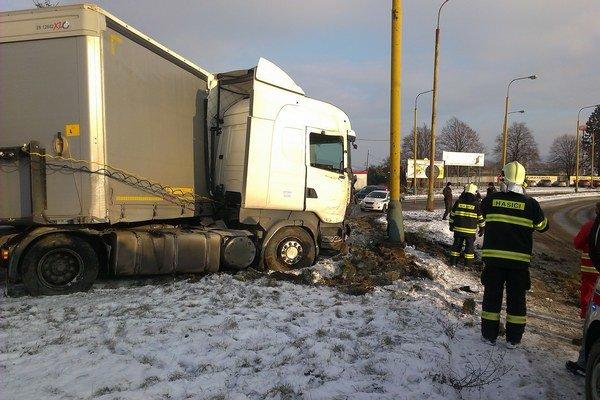 Kamión. Maďarský vodič nezvládol zákrutu.