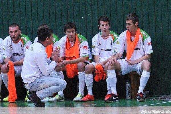 Dohováral im. Tréner R. Bačo mal čo vysvetľovať svojim zverencom.