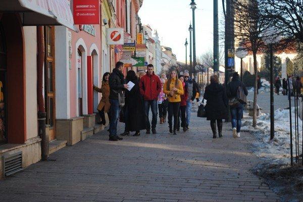 V uliciach Prešova. Dávajte pozor na finančné zbierky.