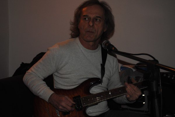 Marián Kuľhavý s neodmysliteľnou gitarou.