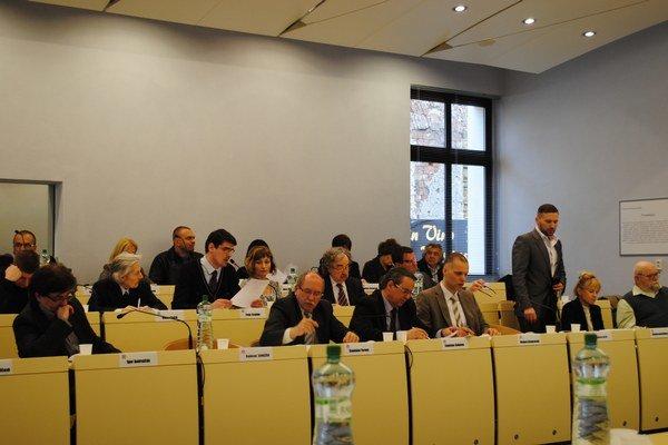 Poslanci. Čakajú na návrh riešenia o kontrole s peniazmi mesta.