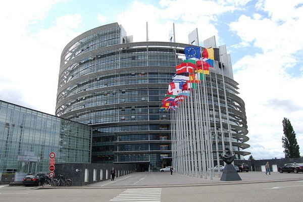 Európsky parlament. Rozhoduje o závažných veciach, je volený priamo.