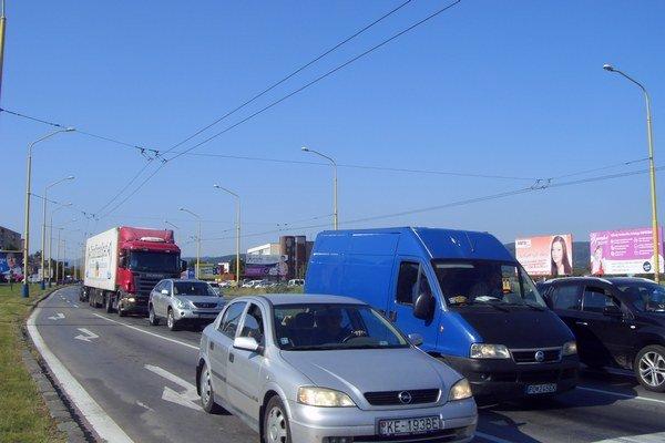 Doprava. Cez Sekčov prechádza čoraz viac kamiónov.