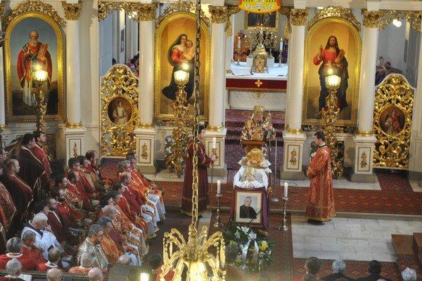 Pohreb Jána Hirku. Emeritný biskup zomrel minulý štvrtok, pochovávali ho včera.