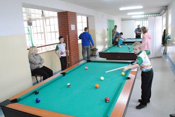V Bodzentyne. Vzájomný zápas na stoloch, ktoré získala škola.