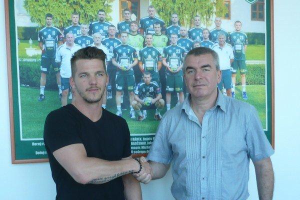 M. Chmeliar (vpravo) a V. Furlan spečatili trojročný kontrakt.