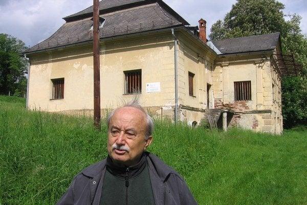 Mikuláš Banó pred kaštieľom.