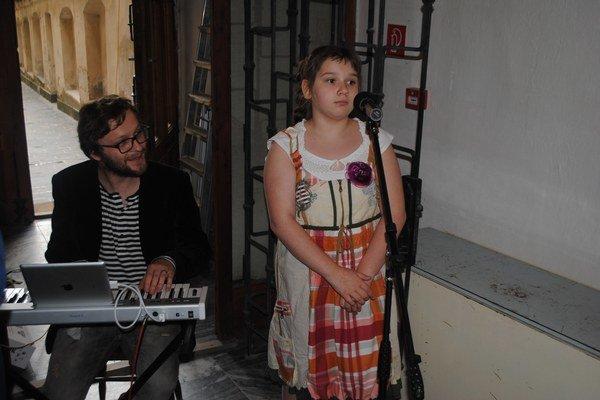 Julinka. Autistické dievčatko je výtvarným a speváckym talentom.