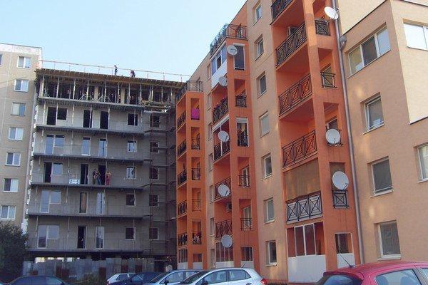 Paneláky. Väčšinu bytov postavili súkromní investori.
