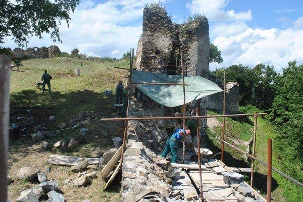 Šarišský hrad. Rekonštrukčné práce pokračujú.