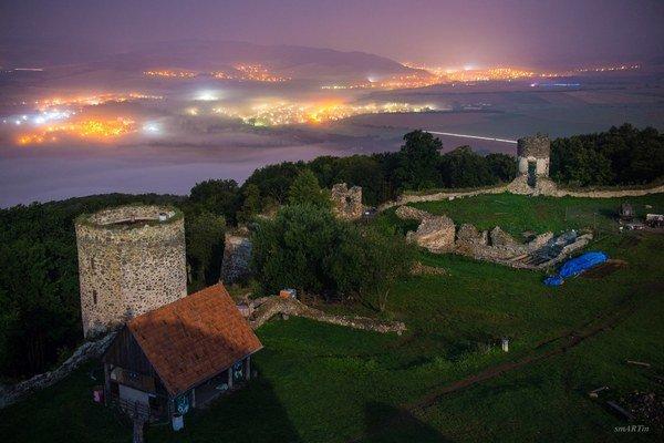 Nočná fotografia. Pohľad na mesto z hradu.