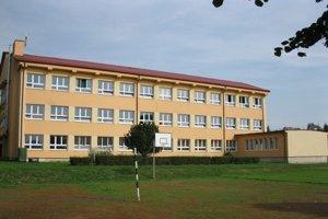 Terňa. Areál školy je plne obsadený.
