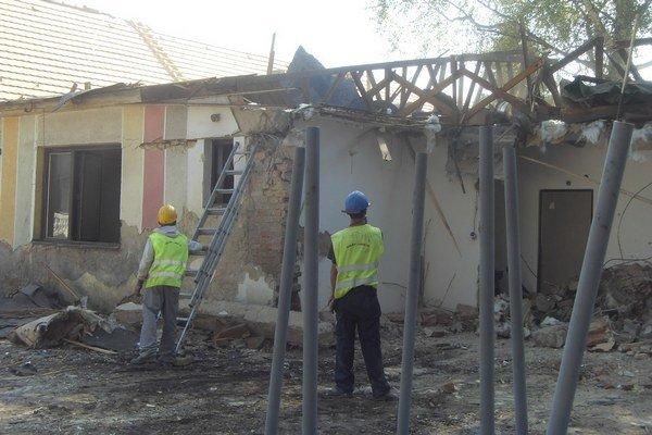 Búracie práce. Odstraňujú domy na trase komunikácie.