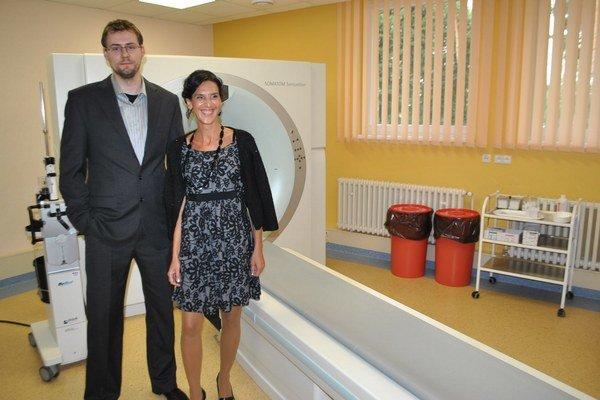 Primár s riaditeľkou pri novom prešovskom CT prístroji.