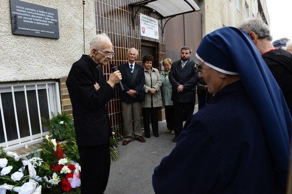 Bývalý politický väzeň kňaz Jozef Štofej z Prešova počas príhovoru na pietnom akte.